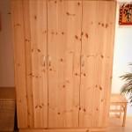 3türiger Schrank komplett aus 3 Schicht-Kiefernholz, unbehandelt in den Maßen 200 cm hoch, 140 cm breit und 58 cm tief. Der Schrank hat innen Fächer und voll ausziehbare Schubladen, die Griffe der Türen sind aus Edelstahl, jede Tür mit 3 selbstschließenden Topfbändern.