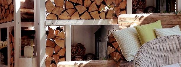Sichtschutz und Holzregal aus massivem Lärchenholz 7x7 cm, Rückwand und Dach aus Lärchenbrettern, dazwischen Fächer für Dekoration. Komplette Konstruktion mit 8mm Schrauben(verzinkt) verbunden. Das Holz wurde mit Bläueschutz und zusätzlicher Grundierung behandelt und anschließend weiß lackiert. Beide Sichtschutzteile je 180 x 210 cm sind mit einem Scharnier verbunden, dadurch erhöht sich die Standfestigkeit und erlaubt es, die Konstruktion in jedem Winkel aufzustellen.