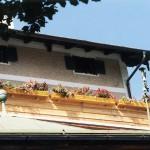 Dachterrassenverkleidung aus Pinienholz, grundiert und wetterfest lasiert. Blumenkästen je 2 m lang aus massiv Lärchenholz, verleimt und mit Edelstahlwinkeln verschraubt, grundiert und wasserfest lasiert.