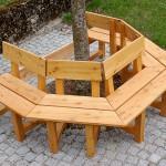 Sitzgruppe mit Lehnen um Baum aus massiv Lärchenholz, 7x7 cm und Lärchensitzflächen und –lehnen massiv,  190 mm breit, 24 mm stark. Sitzgruppe besteht aus 5 Einzelbänken und kann beliebig vergrößert bzw. verkleinert werden. Das Holz wurde gegen Schädlingsbefall behandelt, grundiert und lasiert.