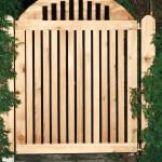 Gartentor aus massivem Lärchenholz gefertigt, wasser- und witterungsfest verleimt und verschraubt, mit Bläueschutz eingelassen, grundiert und lasiert. Maßfertigung nach Vorgabe des Kunden.